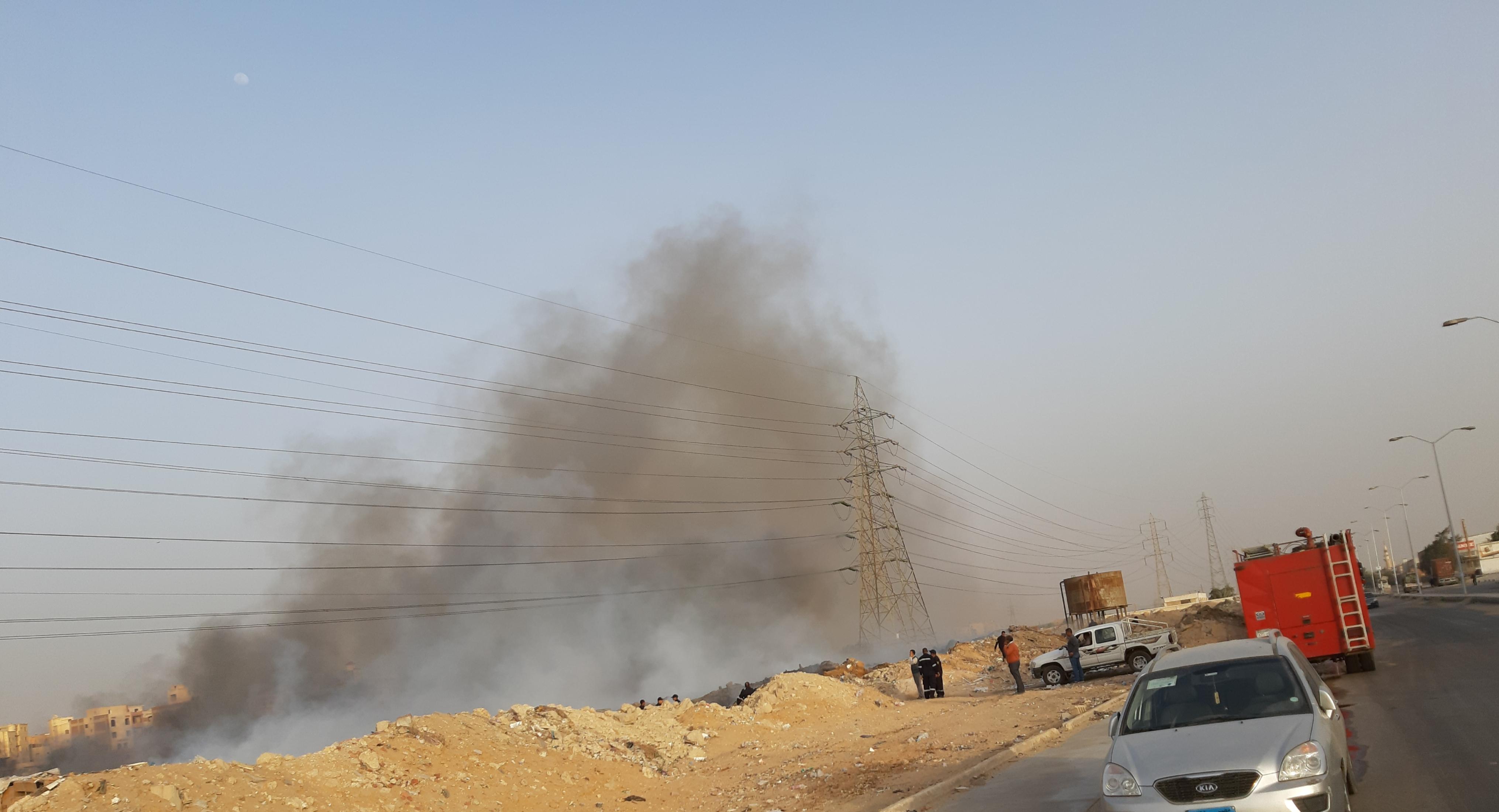 سيارات الحماية المدنية تسيطر على حريق أبراج الضغط العالي بمدينة ٦أكتوبر.