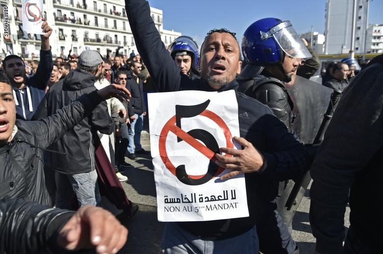 وتستمر المظاهرات الرافضة لترشح الرئيس