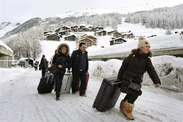 السلطات السويسرية تخلي جبال الألب من السائحين بسبب الإنهيارات الجليدية.
